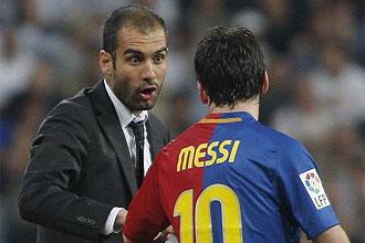 Pep Guardiola habla con Lionel Messi durante un partido del Barcelona