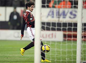 Pato marca este viernes frente al Udinese a puerta vacía.