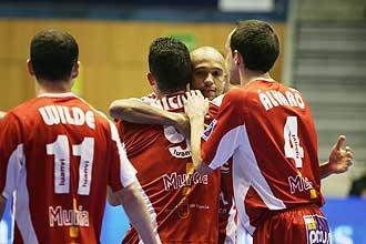 Los jugadores de ElPozo celebran uno de los goles en el partido ante el Marfil Santa Coloma.