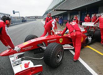 Los mec�nicos de Ferrari controlan el monoplaza de Alonso