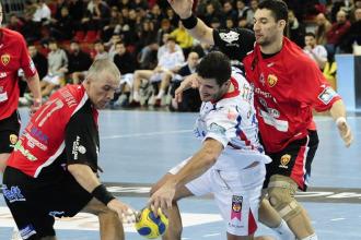 Hector Del Pozo trata de zafarse de dos jugadores del Skopje.