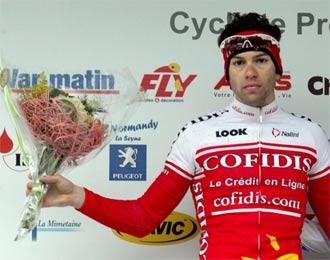 Julien El Far�s sube al podio para recoger el ramo de flores