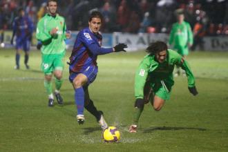 Juli�n Vara escapa de un rival.