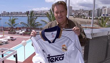 Luis Molowny posa con la camiseta del Real Madrid del 2000