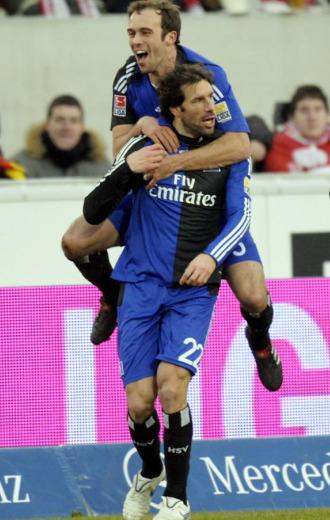 Van Nistelrooy celebra junto a un compa�ero su primer gol en la Bundesliga.