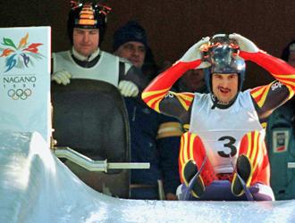 George Hackl se dispone a tomar la salida en los JJOO de Invierno de Nagano en 1998.