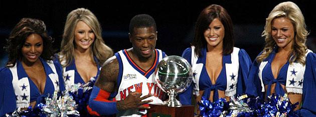 Nate Robinson con el trofeo que le acredita como ganador de su tercer 'Slam Dunk'