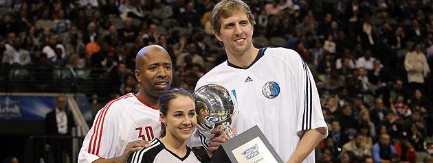 Kenny Smith, Becky Hammon y Dirk Nowitzki tras ganar el Concurso de Tiro
