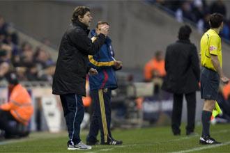 Pochettino dando instrucciones a sus jugadores ante el Depor.