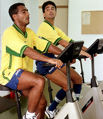 Romario y Bebeto realizan bicicleta en un entrenamiento de la selecci�n brasile�a.