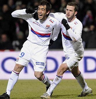 Delgado celebrando un gol con el Lyon
