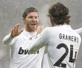 Xabi Alonso celebrando un gol