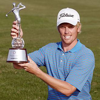 Dodt muestra orgulloso el trofeo de vencedor