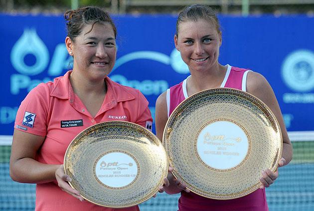Vera Zvonareva y Tamarine Tanasugarn con los trofeos del torneo
