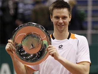 Soderling posa ante los medios con el trofeo que le acredita como campe�n en Rotterdam.
