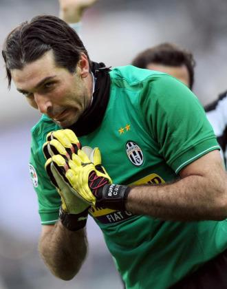 Buffon parece pedir perd�n durante el partido ante el Genoa.