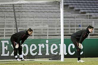 Los dos porteros del Lyon, Hugo Lloris y Remy Vercoutre, durante el entrenamiento de este lunes en el estadio de Gerland.