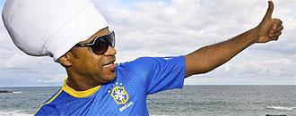 Carlinhos Brown presentando la nueva camiseta de Nike para Brasil