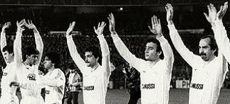 Los jugadores del Madrid saludan a la afici�n del Bernab�u antes de su encuentro con el Anderlecht