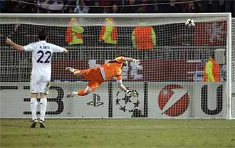 El potente remate de Makoun supera la estirada de Casillas.