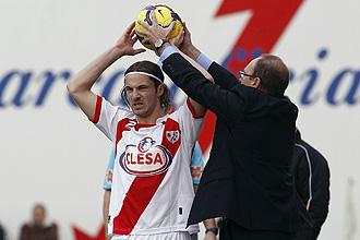 Pepe Mel sujeta el balón a Edu Albacar en un saque de banda.