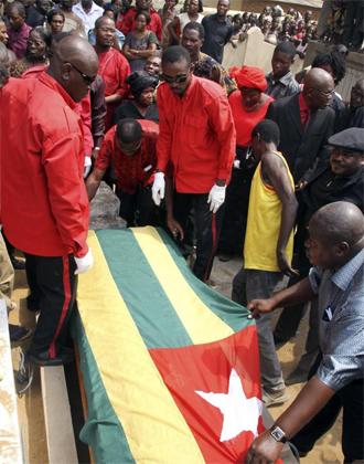 Funeral por uno de los muertos en el atentado al autob�s de Togo en la pasada Copa de �frica.