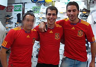 Los presuntos etarras Jon Rosales, en el centro, y Adur Aristegi, en Facebook con la camiseta de la selección.