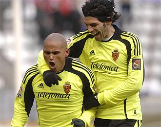 Lafita felicita a Suazo tras marca �ste un gol.