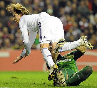 Iraizoz choca con Biglia en el gol del Anderlecht