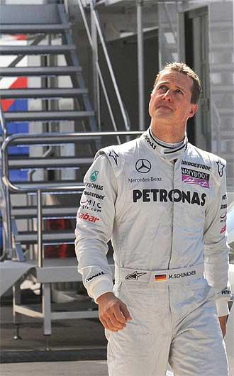 Michael Schumacher camina por el paddock de Jerez.