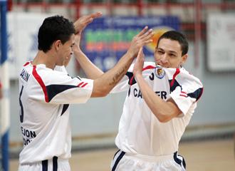 Jaison y R�mulo celebran el primer gol de Carnicer ante el Sala10