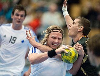Evdokimov trata de superar la defensa de un jugador dan�s