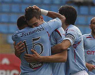 Joselu celebra junto a sus compa�eros el gol de la victoria del Celta.