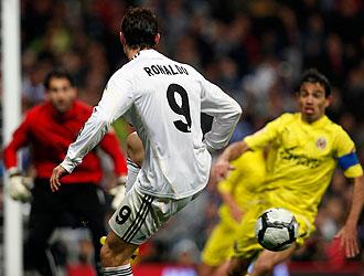 Ronaldo controla el bal�n ante la presencia de un jugador del Villarreal.