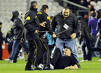 Un aficionado del Anderlecht queda inmobilizado luego de los incidentes el pasado jueves en San Mames