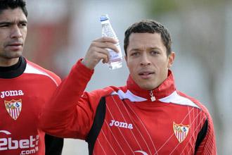 Adriano, en un entrenamiento del Sevilla.