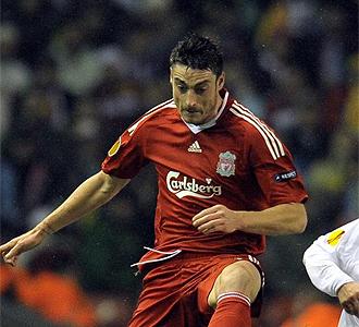 Riera durante un partido con el Liverpool.