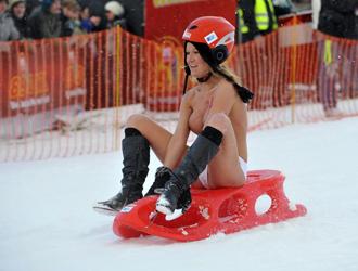 Una de las participantes en la peculiar carrera de trineos.