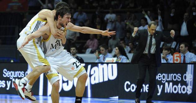 Llull celebra el triple que permite al Madrid dar la vuelta al average. (AFP)