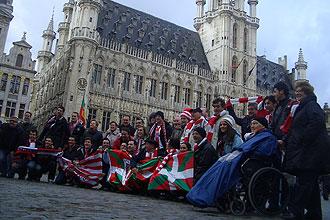 Varios aficionados del Athletic posan en una c�ntrica plaza de Bruselas
