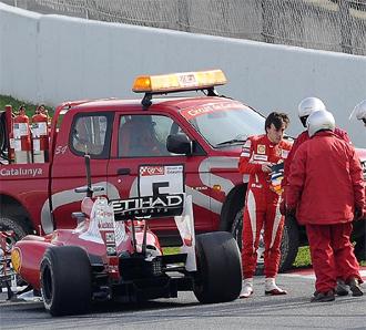 Fernando Alonso, en el momento en que su F10 se queda parado en el Circuit de Catalunya