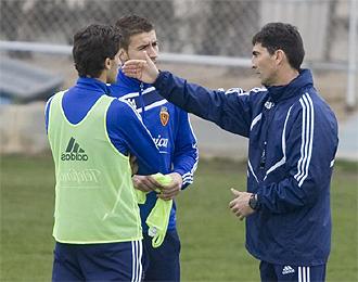 Gay da instrucciones a Gabi y Jorge L�pez durante un entrenamiento.