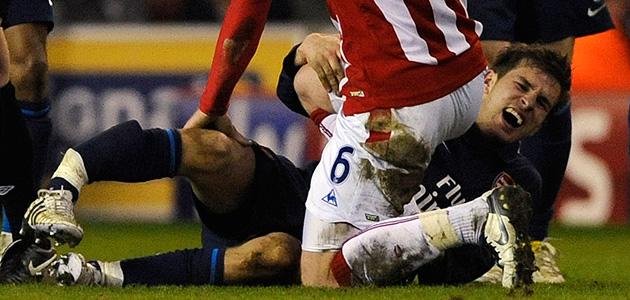 Ramsey, con la pierna colgando y un clamoroso gesto de dolor.