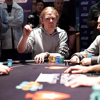 Un jugador lanza su apuesta durante un torneo.