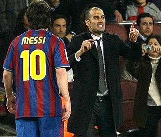 Guardiola se dirige a sus jugadores mientras Messi se dirige a la banda.