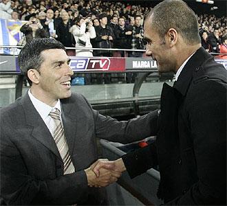 Mu�iz saluda a Guardiola antes del encuentro.