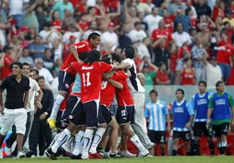 Los jugadores de Independiente celebran su victoria en el derbi de Avellaneda.