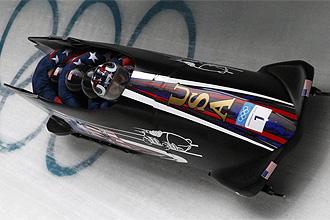 Steven Holcomb, conduciendo el bobsleigh de Estados Unidos