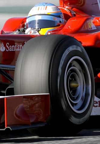 Fernando Alonso, a los mandos de su F10 en Montmel�