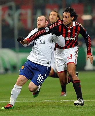 Alessandro Nesta pugna por un bal�n con Rooney durante un partido de la Champions